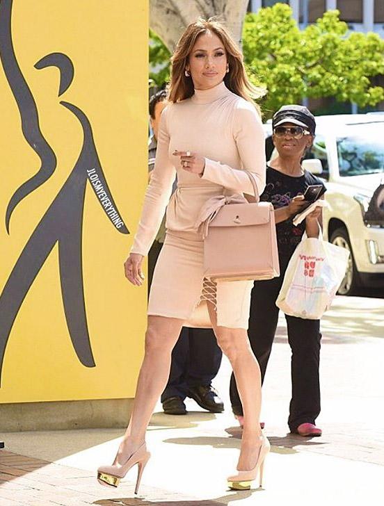Jennifer Lopez con look rosa maquillaje