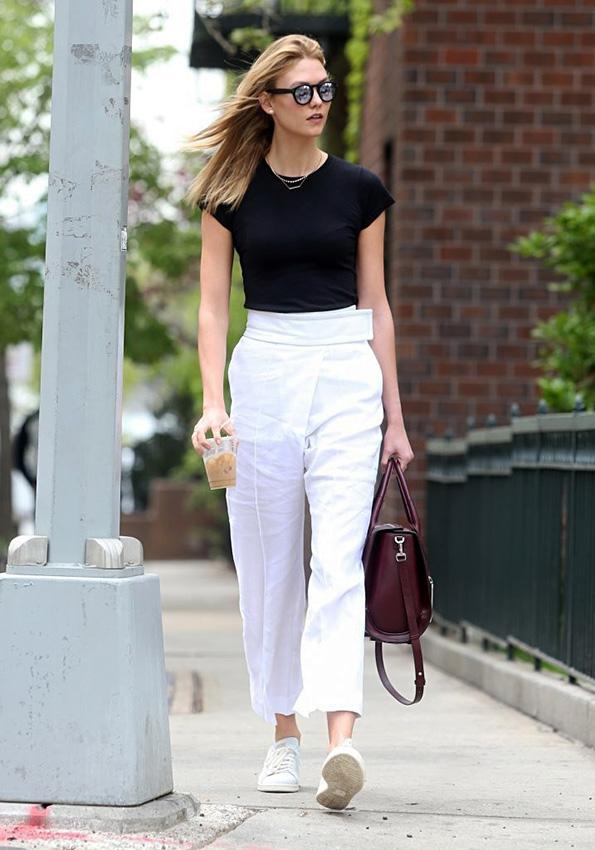 Karlie Kloss de paseo por Nueva York con un look en blanco y negro