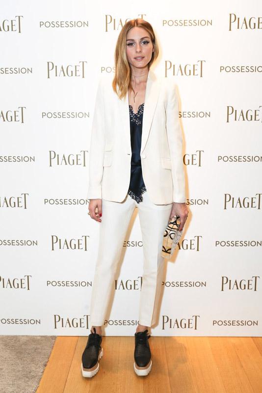 Olivia Palermo con traje blanco, top lencero y zapatos de Stella McCartney, en un evento de Piaget .