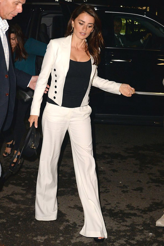 Penelope Cruz con traje en color blanco, camiseta, bolso y zapatos negros. Foto Getty