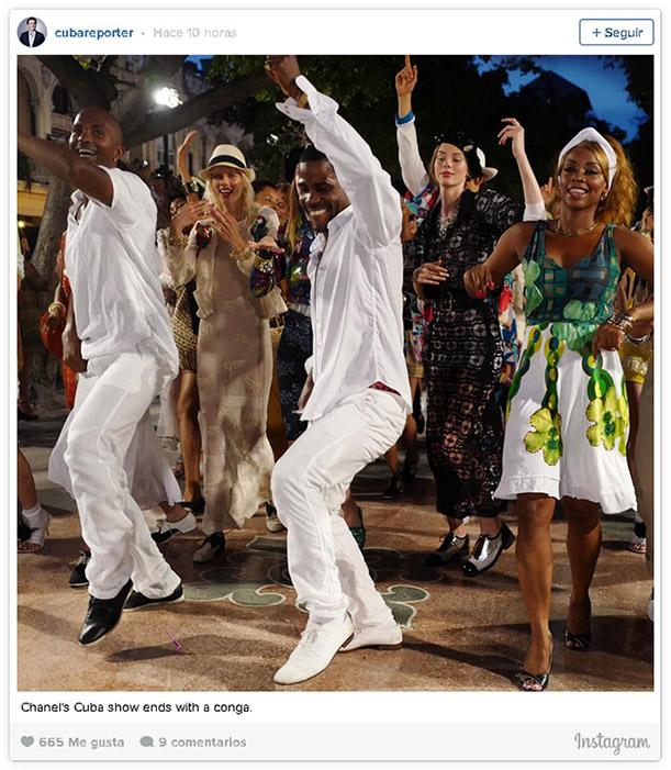 jovenes bailando en el desfile de chanel en cuba