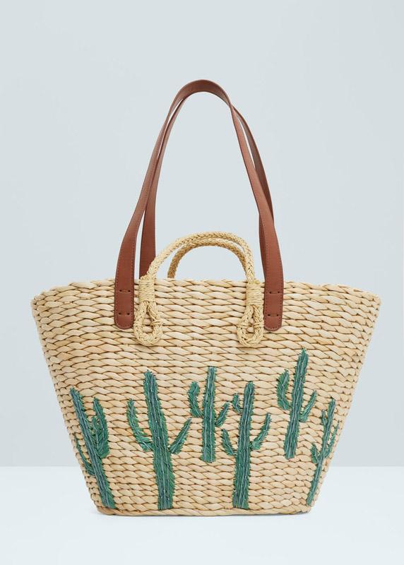 Bolso de paja decorado con cactus de Mango. Precio rebajado 19,99 €
