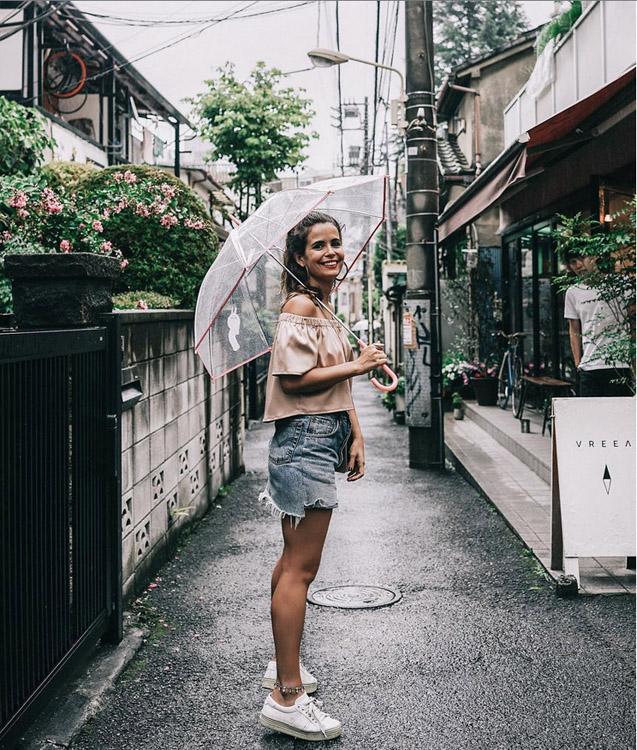 blogger de collage vintage en minifalda vaquera