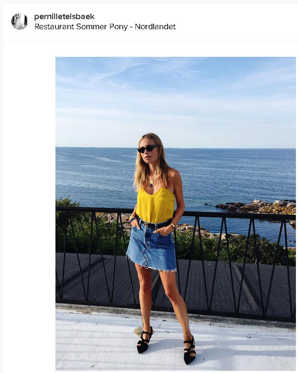 blogger pernilleteisbaek con minifalda vaquera