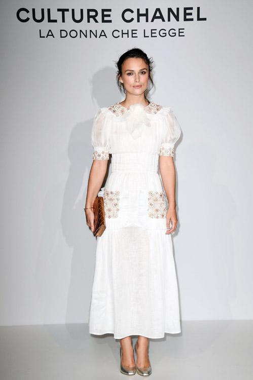 Keira KNIGHTLEY wearing chanel dress en la exposición del 'Culture CHANEL'