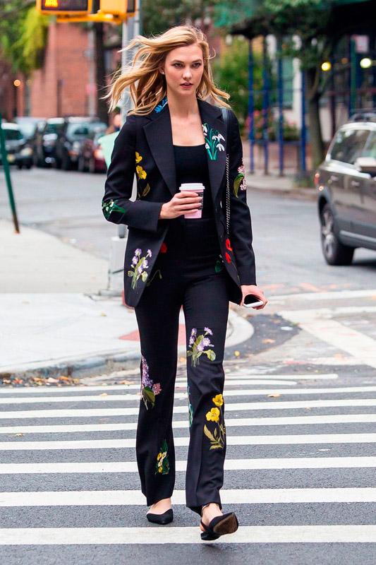 karlie-kloss-paseando-por-nueva-york-con-un-traje-de-chaqueta-de-stella-mccartney