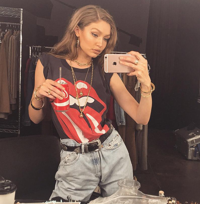looks de gigi hadid 2017 con camiseta rolling stones