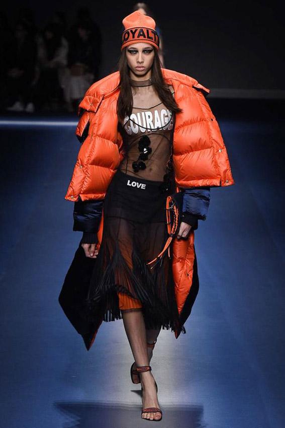 abrigo de plumas de Versace invierno 2017/18