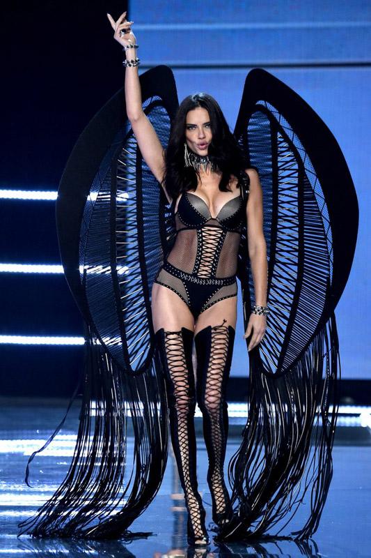 adriana lima en el desfile de Victorias secret 2017 show