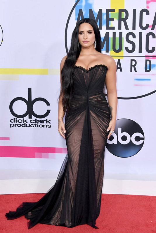 demi lovato in american music awards red carpet