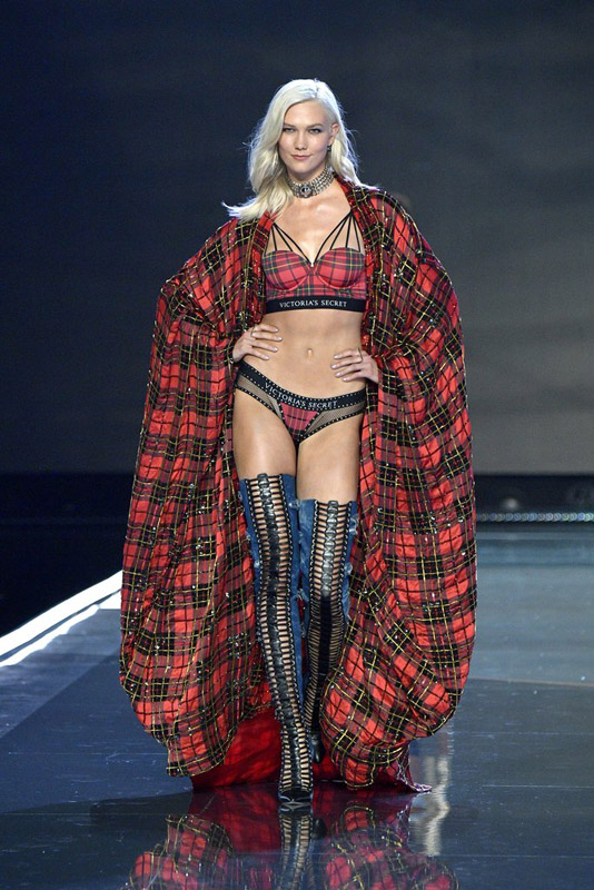 karlie kloss in Victorias secret 2017 show