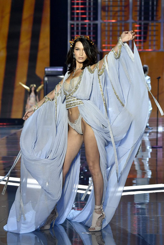 bella hadid in Victorias secret 2017 show