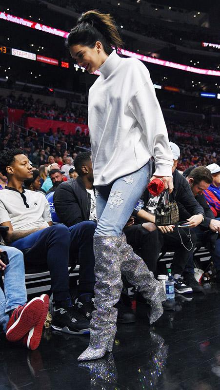 Kendall jenner con botas de strass de saint laurent